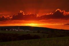 Puesta del sol en campo   Imagen de archivo libre de regalías