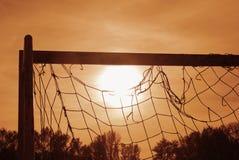Puesta del sol en campo de fútbol foto de archivo