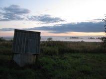 Puesta del sol en campo del país Pozo de agua Cielo de la tarde fotos de archivo