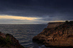 Puesta del sol en Carvoeiro - Algarve Foto de archivo