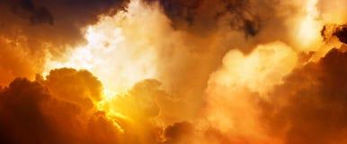 Puesta del sol en cielo Imágenes de archivo libres de regalías