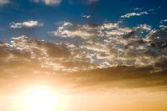 Puesta del sol en cielos nublados Foto de archivo libre de regalías