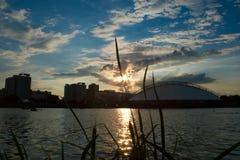Puesta del sol en ciudad Imagen de archivo
