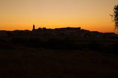Puesta del sol en ciudad española Cumbres Mayores, Huelva Foto de archivo