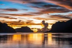 Puesta del sol en colores asombrosos en el EL Nido Imagen de archivo libre de regalías