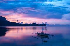 Puesta del sol en colores asombrosos en el EL Nido Foto de archivo libre de regalías