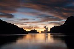 Puesta del sol en colores asombrosos en el EL Nido, isla de Palawan Fotos de archivo