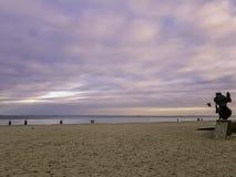Puesta del sol en costa polaca con el monumento de los pescados y el mar Báltico en Gdynia foto de archivo libre de regalías