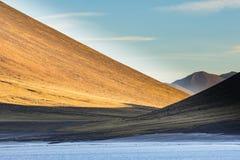 Puesta del sol en cuestas de montaña en reserva nacional de los flamencos del Los Foto de archivo libre de regalías