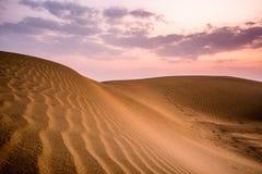 Puesta del sol en desierto Imágenes de archivo libres de regalías