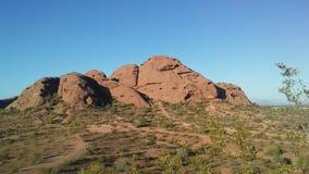 Puesta del sol en desierto con las rocas rojas en Phoenix, Arizona Fotos de archivo