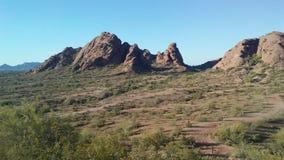 Puesta del sol en desierto con las rocas rojas en Phoenix, Arizona Foto de archivo