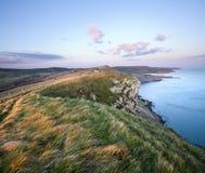 Puesta del sol en el acantilado del Gad en la costa jurásica de Dorset imagen de archivo
