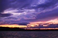 Puesta del sol en el acercamiento de un temporal de lluvia imagen de archivo libre de regalías