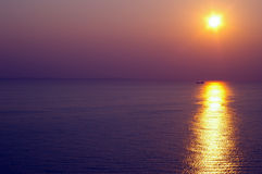 Puesta del sol en el agua Imagenes de archivo