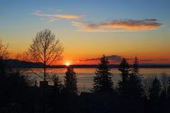 Puesta del sol en el agua Fotos de archivo libres de regalías