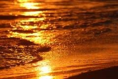 Puesta del sol en el agua Imágenes de archivo libres de regalías