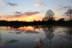 Puesta del sol en el agua fotografía de archivo libre de regalías