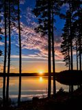 Puesta del sol en el agua de Kielder, parque de Northumberland, Inglaterra Fotografía de archivo