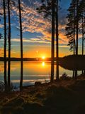 Puesta del sol en el agua de Kielder, parque de Northumberland, Inglaterra Fotos de archivo