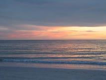 Puesta del sol en el agua en la playa de Lido, Floridaa Foto de archivo libre de regalías