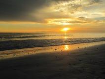 Puesta del sol en el agua en la playa de Lido, la Florida Imágenes de archivo libres de regalías