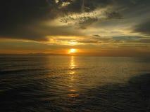 Puesta del sol en el agua en la playa de Lido, la Florida Imagen de archivo