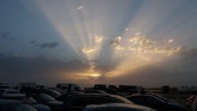 Puesta del sol en el aparcamiento foto de archivo