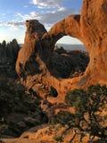 puesta del sol en el arco doble de o Imagen de archivo libre de regalías