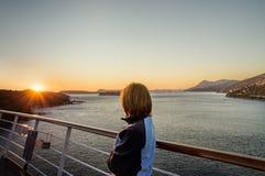Puesta del sol en el barco de cruceros fotografía de archivo libre de regalías