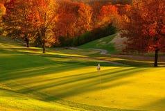 Puesta del sol en el campo de golf imagenes de archivo