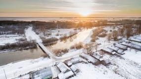 Puesta del sol en el campo en el fondo del río Fotos de archivo libres de regalías