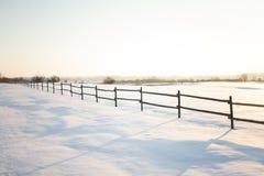 Puesta del sol en el campo en una noche fría Foto de archivo