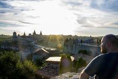 Puesta del sol en el castillo en Kamianets-Podilskyi imágenes de archivo libres de regalías