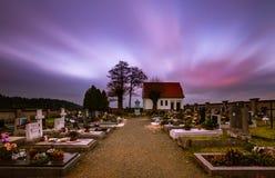 Puesta del sol en el cementerio fotos de archivo libres de regalías