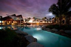 Puesta del sol en el centro turístico de Radisson en Fiji Fotos de archivo