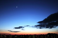 Puesta del sol en el cielo azul. imagen de archivo libre de regalías