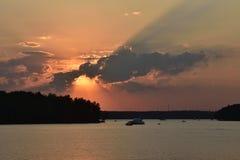 Puesta del sol en el depósito de Pestovo, puesta del sol en el lago foto de archivo