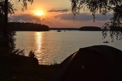 Puesta del sol en el dep?sito de Pestovo, puesta del sol en el lago fotos de archivo libres de regalías