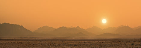 Puesta del sol en el desierto de Sáhara Foto de archivo