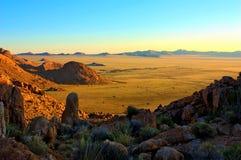 Puesta del sol en el desierto namibiano Imagen de archivo libre de regalías