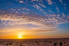 Puesta del sol en el desierto en Túnez del sur Fotografía de archivo