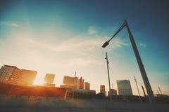 Puesta del sol en el distrito urbano de Barcelona Foto de archivo libre de regalías