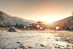 Puesta del sol en el Dzong en Punakha Bhután imagen de archivo libre de regalías