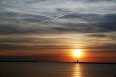 Puesta del sol en el embarcadero/el embarcadero en Holanda Imagen de archivo
