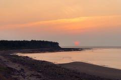 Puesta del sol en el estrecho de Northumberland cerca del puente de la confederación foto de archivo
