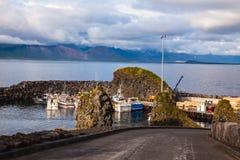 Puesta del sol en el fiordo del mar en Islandia Fotografía de archivo libre de regalías