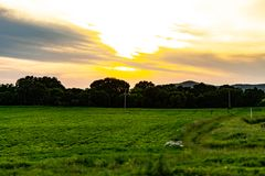 Puesta del sol en el fondo de los prados rusos foto de archivo libre de regalías