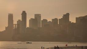 Puesta del sol en el fondo de los rascacielos de Bombay Visión desde la playa de Chowpatty metrajes
