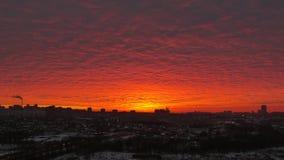 Puesta del sol en el fondo del cielo rojo Fotos de archivo